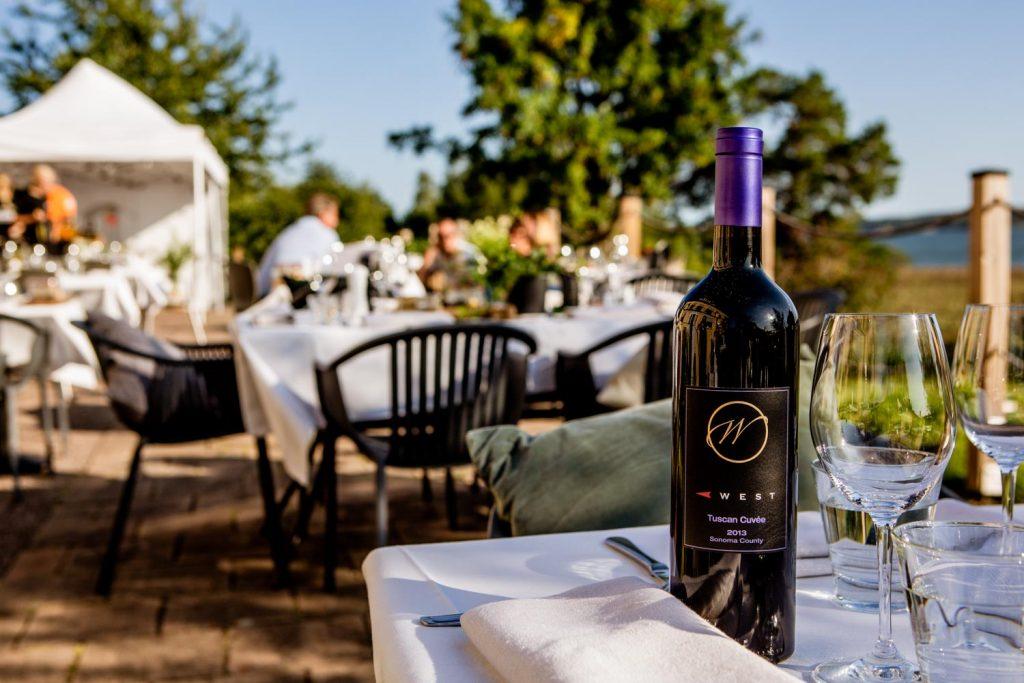 Det härliga vinet West Wines Tuscan Cuvee står på ett dukat bord redo att öppnas.