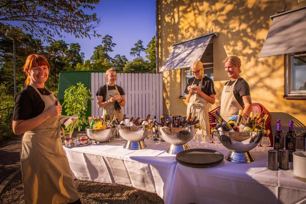 Glada miner bland personalen, snart kommer gästerna. Kvällsolen lyser på våra medarbetare.
