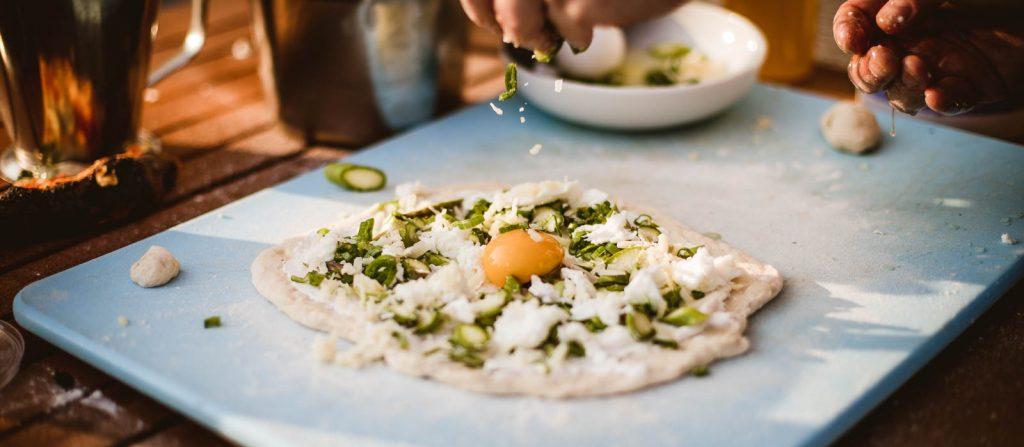 Vit pizza med sparris, salladslök, färskost och hasselmötter