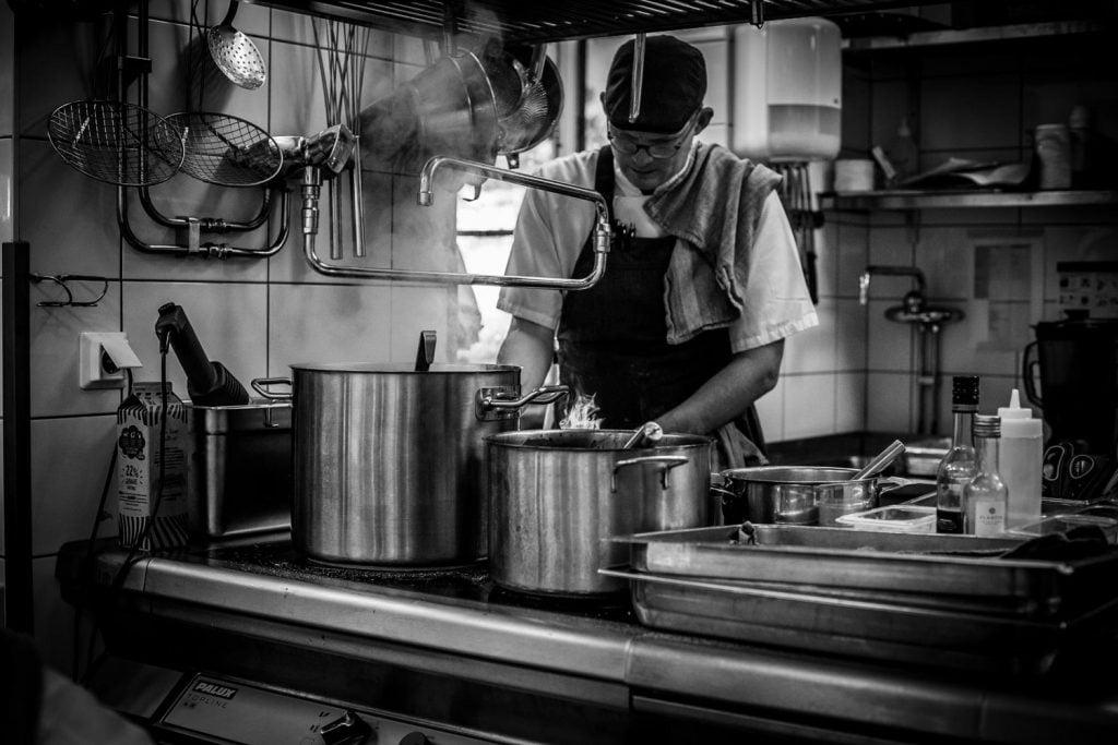 Det kokar och sjuder i kastrullerna i köket på Almåsa