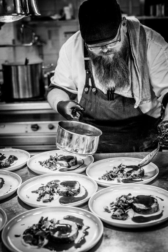 Uppläggning - Christian ringarl rödvinssås över ett gäng tallrikar i köket