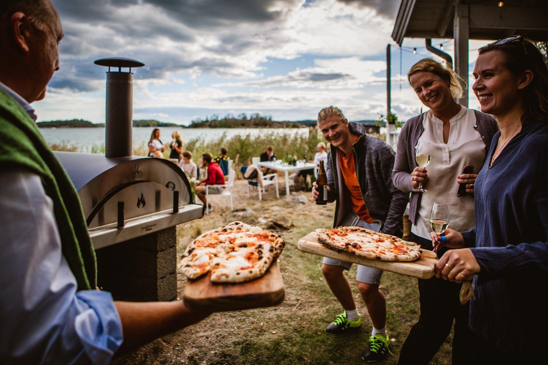 Stolta pizzabagare vid strandhuset