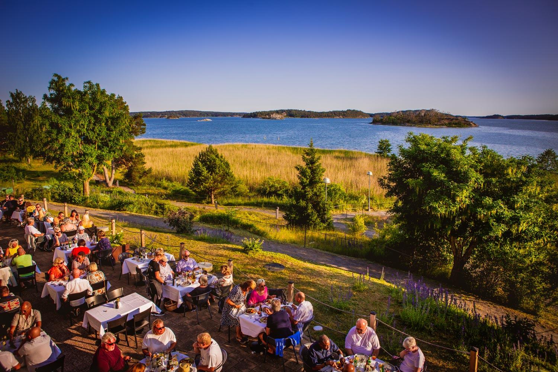 Bild: Utsikt över människor som njuter i solen på en av våra grillkvällar