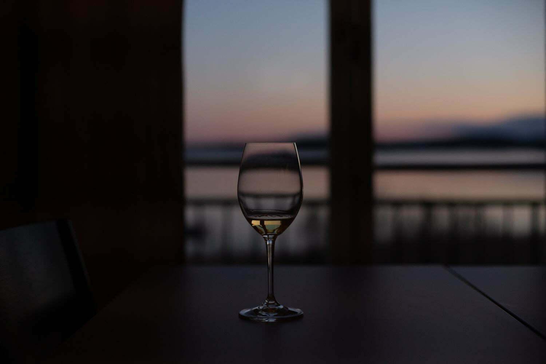 Ett glas Riesling med havsutsikt på Almåsa Havshotell